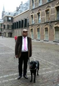 Sidney met Bas op het binnenhof bij de Tweede Kamer in Den Haag